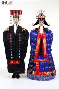 Myeongbok porté par le roi et Daeryebok porté par la reine lors de cérémonies religieuses