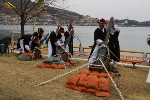 reconstitution d'un chargement de canons par des artilleurs de Joseon. Source photo: http://historum.com/korean-navy-under-yi-sunshin.html