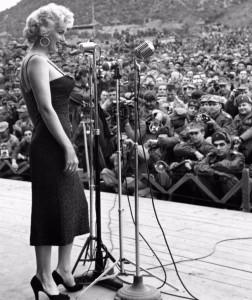 1954, concert de Marylin Monroe en face des troupes américaines et Sud-coréennes pendant la guerre de Corée.